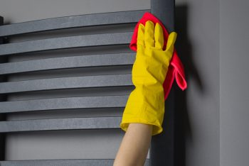 foto de pessoa fazendo a limpeza de aquecedor a gás