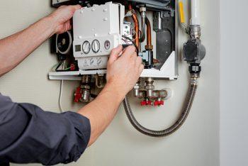 técnico realizando manutenção preventiva aquecedor a gás