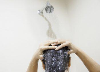mulher tomando banho representando o Chuveiro elétrico ou a gás