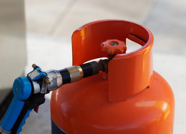 botijão sendo reabastecido representando os Tipos de gás