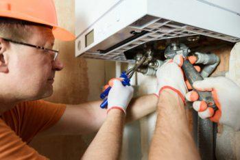 homem instalando representando as normas para instalação de aquecedor a gás